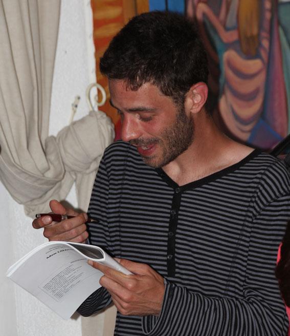 Adam Laloum. Après la performance pianistique, la séance décontractée des autographes © Pierre Aimar