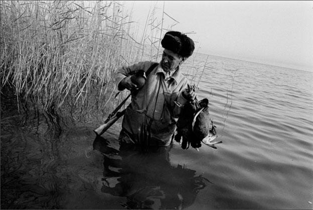 Un chasseur montre les canards qu'il vient de chasser le long des rives de la mer Caspienne à Awaza, le Turkménistan, 1994 © Stanley Greene / NOOR
