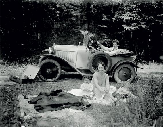 Un pique-nique en famille, vers 1930. Coll. Écomusée du Pays de Rennes, musée de Bretagne.