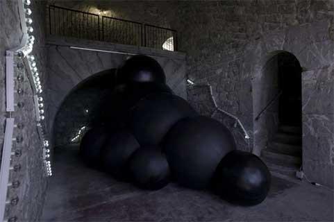 La Chose, 2008, bâche, PVC, systèmes de soufflerie,  timer, 6 x 3,20 x 3,50 m, coproduction Fondation  d'entreprise Ricard et Centre d'Art Bastille, courtesy  Galerie Chez Valentin.