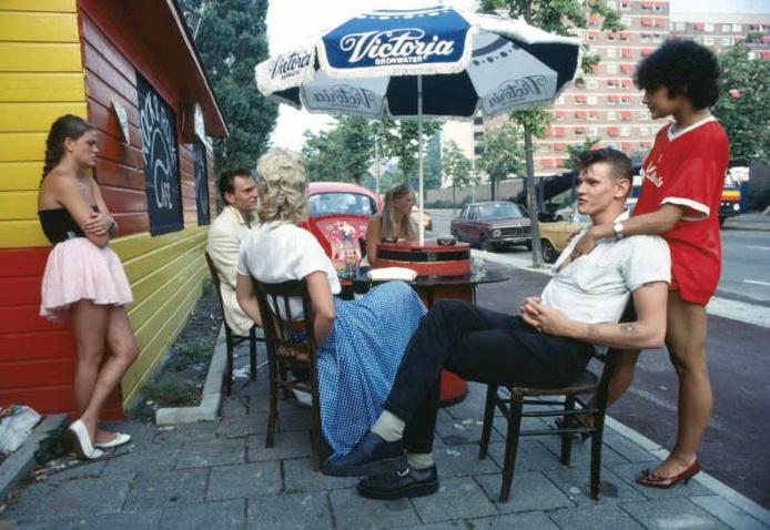 Ed van der Elsken, Des adolescents au look des années 50 devant leur café favori, Amsteradm 1983 (v. 1978) Nederlands Fotomuseum Rotterdam © Ed van der Elsken / Ed van der Elsken Estate