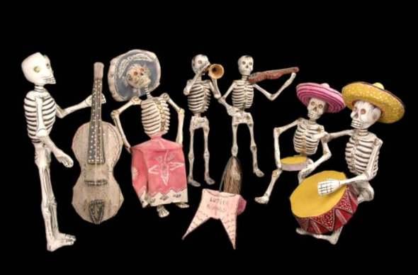 Petits squelettes jouant de la musique, Mexique, carton pâte © musée du quai Branly