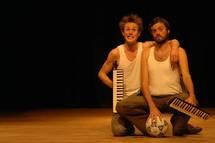 """16 et 17 octobre, """"Tous Cousins"""" par Cie Zyrgomatik, à La Cascade, Maison des Arts du cirque et du clown, Bourg-St-Andéol (07)"""