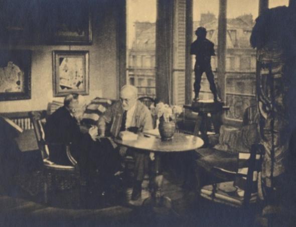 Henri Matisse et M. Vassaux ; devant la fenêtre, « Le Serf » Paris, boulevard du Montparnasse, 1947 Digigraphie Photothèque du centre de documentation Musée Matisse, Nice Inv. PH.09.2.12 Photo Archives Matisse (D. R.)