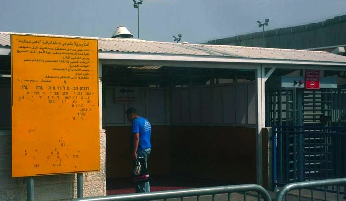Panneau d'avertissement, qalandia checkpoint, jérusalem, 2008 photographie Till Roeskens