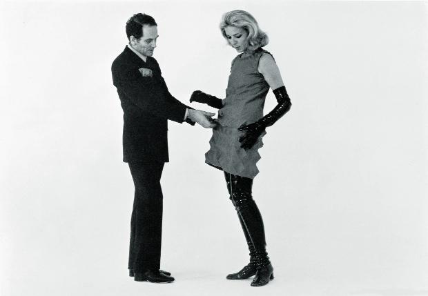 Essayage de la Cardine sur Lauren Bacall, 1968.© Archives Pierre Cardin