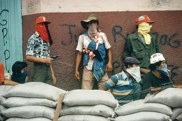Nicaragua. Muchachos attendant la riposte de la Garde nationale, Matagalpa, Nicaragua, 1978 Installation Mediations, 1978-1982 © Susan Meiselas/Magnum Photos