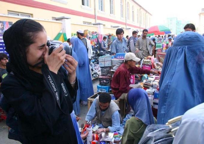 4 mars au 11 avril. Voices on the Rise: Afghan Women Making the News, Des voix qui portent : l'actualité par des femmes afghanes à la Dorothy's Gallery, Paris