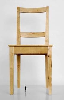 Les objets records, la chaise, Sylvain Bourget, Socle laqué, figurine en résine et chaise en bois ,170 x 100 x 100 cm,2009. © Bernard Dupuy