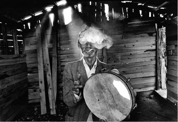 Nikos Economopoulos / Magnum Photos Un musicien gitan, Epirus, Parakalamos, Grèce, 1993.