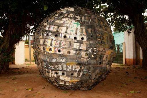 Romuald Hazoumé, Exit Ball, 2008, 210 cm de diamètre, Plastique, métal, Courtesy MAGNIN.A, photo © Florian Kleinefenn