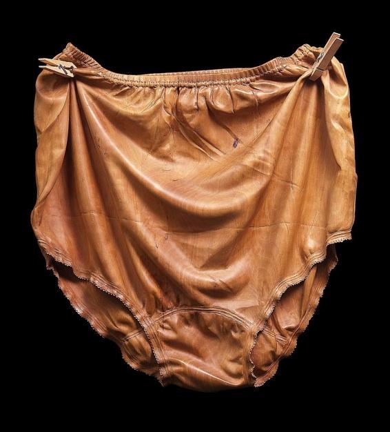 Christian Renonciat « Nylon, taille 56 » 1978, bois de poirier, pinces à linge h.0,43 x l.0,40