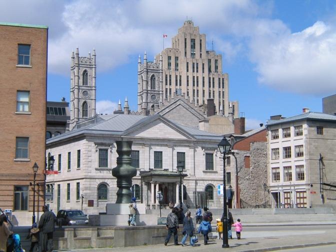 Place d'Youville et le Centre d'hisoire de Montréal. En fond, les flèches de la basilique Notre-Dame et le plus vieux gratte-ciel (1888) de Montréal