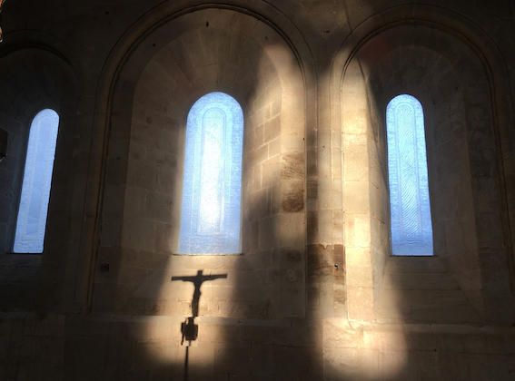 Sylvanès en Aveyron Occitanie. De nouveaux vitraux pour l'abbaye de Sylvanès