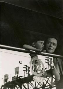 © Lucien Hervé. Visiteurs anglais, gare du Nord, 1949 courtesy galerie Camera Obscura