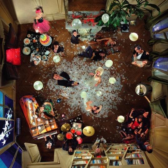 Pour cette photographie grand format, Julien a eu l'idée d'une fête d'anniversaire, vue de haut. « Je voulais que ce soit chic mais pas ostentatoire, pointu mais accessible. ».