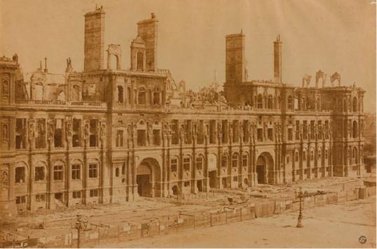 Façade principale de l'Hôtel de Ville de paris après l'incendie du 24 mai. photographie de Charles marville © BHdV / roger-Viollet