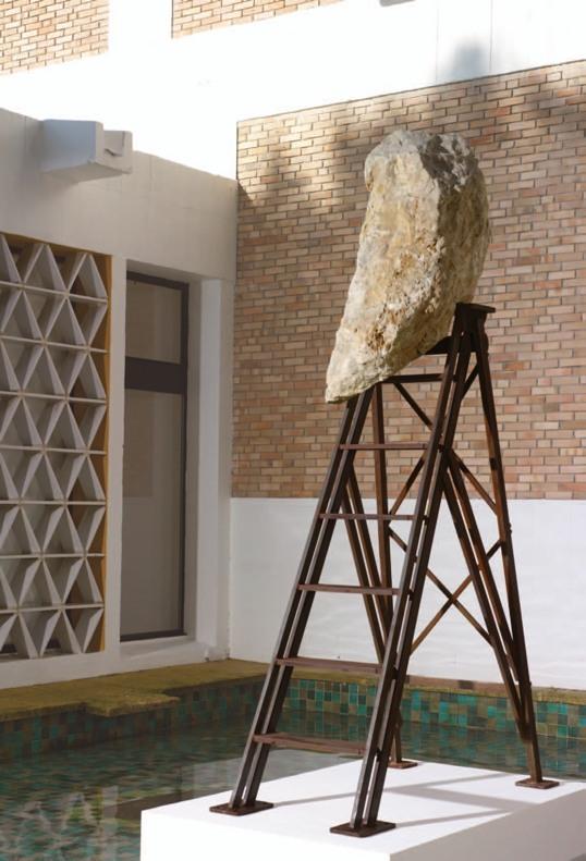 Erik Dietman, Montant, 1995. Fer, pierre ; 250 x 130 x 70 cm Donation de Christina Hamrin & Claudine Papillon © Courtesy Galerie Claudine Papillon, Adagp Paris 2011. Photo - Claude Germain