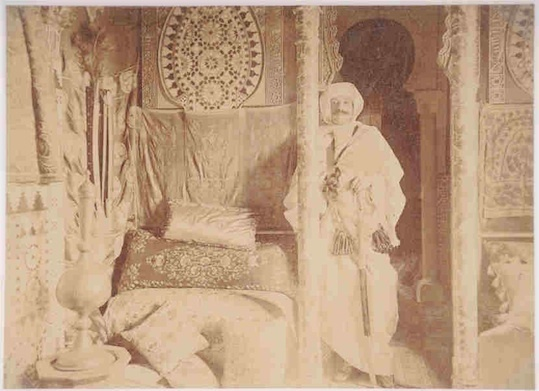Pierre Loti dans son salon marocain à Rocherfort, Album de photographies, 1890-1920, photographie sépia. Collection privée