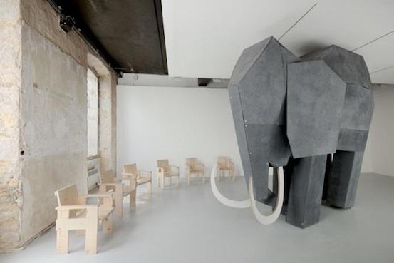 Virginie Yassef. Installation - éléphant en bois crépi, 230 x 400 x 150 cm, système sonore intégré