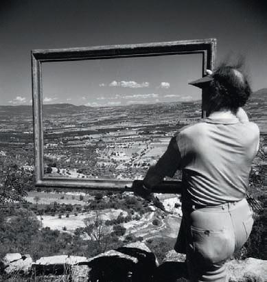 Willy Ronis. Le peintre André Lhote encadrant la vallée d'Apt, Gordes (Vaucluse), 1947