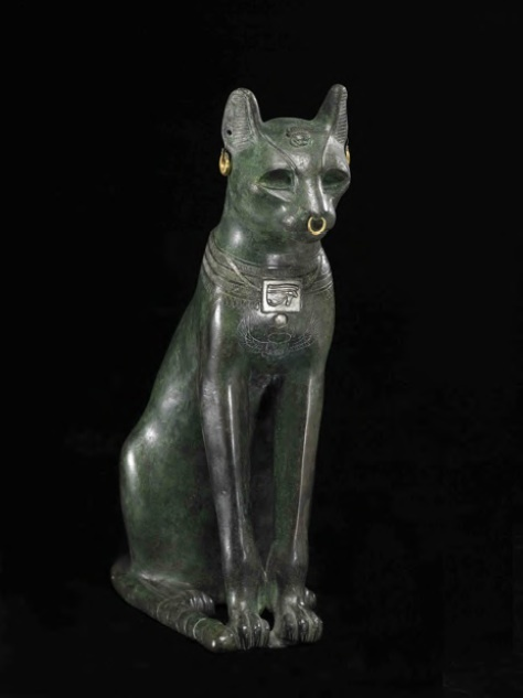 Statue de Bastet sous forme de chatte XXVIe dynastie probablement « Bronze », 42 cm (H) x 13 cm (L) British Museum, Londres © The Trustees of the British Museum