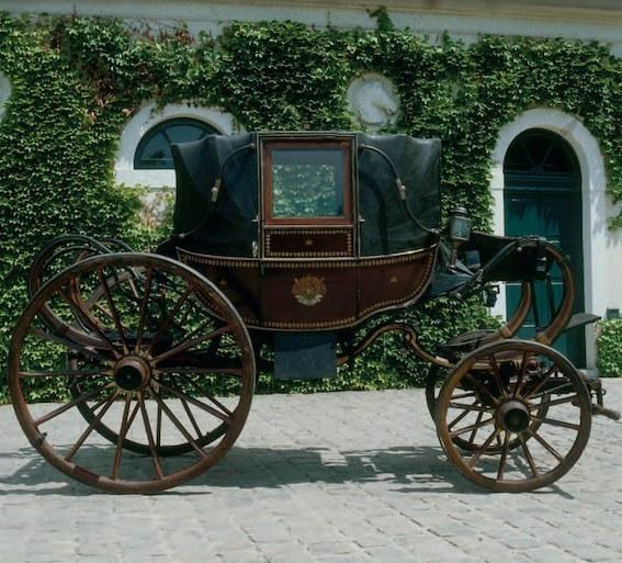 La berline de l'Empereur. Parmi les cinq voitures prises par les Prussiens à Waterloo le 18 juin 1815, se trouvait ce landau en berline commandé pour la campagne de Russie en 1812. Châteaux de Malmaison et Bois-Préau, Malmaison / © RMN