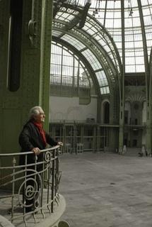 Daniel Buren dans la Nef du Grand Palais. Photo Farida Bréchemier – Tous droits réservés Monumenta 2012, ministère de la Culture et de la Communication