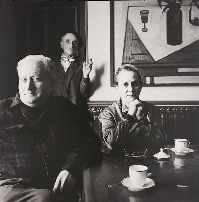 Irving Penn, Jean Giono, Élise Giono et Lucien Jacques au Paraïs, Manosque, 1957. Tirage de travail offert à Jean Giono par le photographe. Association des Amis de Jean Giono © The Irving Penn Foundation