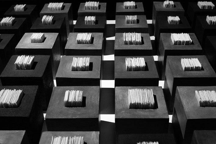 Florence Bruyas. « Installation 36 cubes » - grès et porcelaine, 3x3 m, 2009