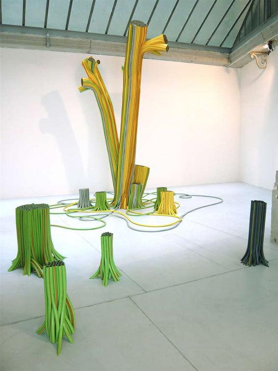 Arbre qui pleure, 2009  Installation, tuyaux d'arrosage en pvc  Collection FRAC Provence-Alpes-Côte d'Azur