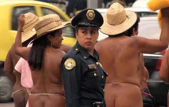 Clarisse Hahn, Notre corps est une arme - Los Desnudos (Mexique), 2011, 12'17'', film.