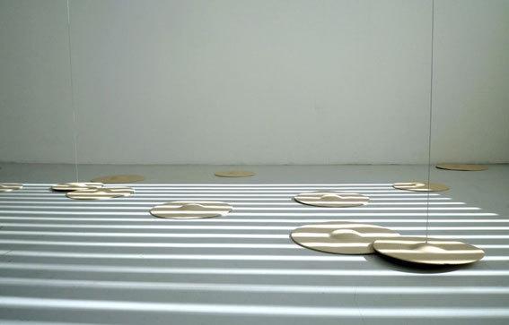 Dominique Blais, Sans titre (Les disques), 2008-12. Installation. Éléments en grès C, moteurs, filins métalliques,dim. variables. © La BF15