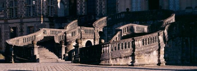 L'escalier en fer à cheval du château de Fontainebleau. Attribué à Jean Androuet du Cerceau architecte, 1632-1634. Prise de vue 1998.