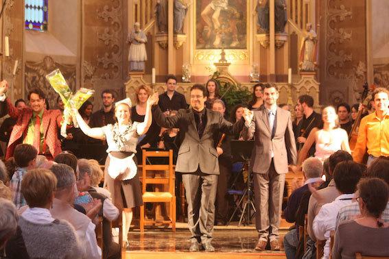 Leonardo Garcia Alarcon entouré des chanteurs et musiciens © DR