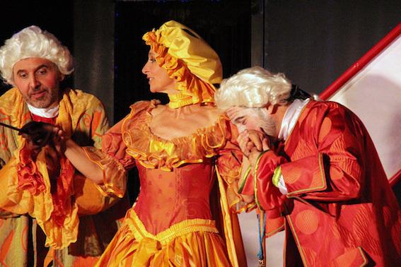 Monique Borrelli, soprano en Zerbine, entourée de Pierre Villa-Loumagne, baryton-basse (Pandolfe) et Fabrice Alibert, comédien (Scapin) ©Pierre Aimar