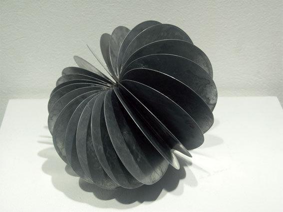 Sylvie Maurice, Les Graines (graine ronde), 2000. 20 x 25 x 25 cm, sculpture en zinc soudé à l'étain. © LE CAP et Sylvie Maurice. Collection Artothèque /  CAP de Saint-Fons