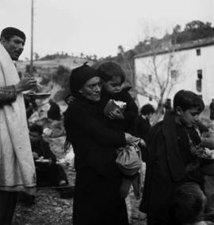 Réfugiés espagnols à Perpignan, probablement en 1939, après la chute de Barcelone. © Emile Savitry, courtesy Sophie Malexis