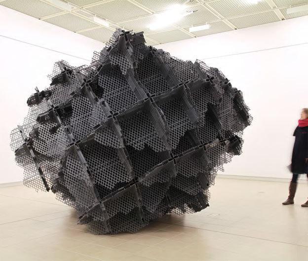 Vincent Mauger. Sans titre, 2012, sculpture, 3,30 x 3,30 m environ, bacs en plastiques découpés. Courtesy Bertrand Grimont