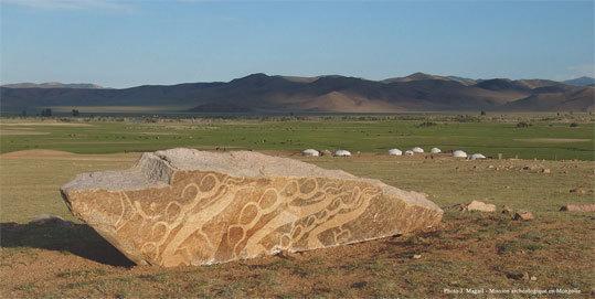 """Stèle ornée de gravures de cervidés appelées """"Pierres à cerfs"""", 1000 av. J.-C., centre de la Mongolie © J. Magail - Mission archéologique en Mongolie"""