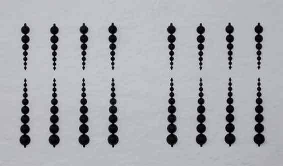 Horizon (Black), 2010, 16 éléments en plastique peint en noir, dimensions variables Horizon (Black), 2010, 16 plastic elements painted in black, variable dimensions
