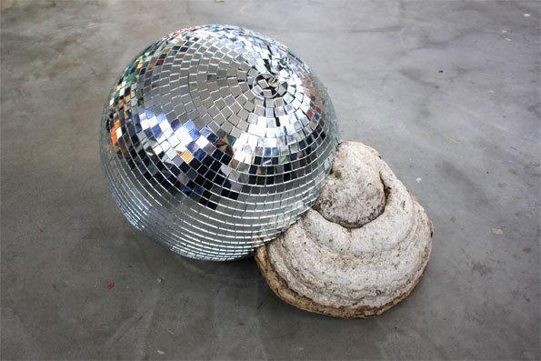 Aurélie Slonina, Big-bang, 2012 - Boule à facettes et champignon de souche (amadouvier), 50 x 30 cm - Courtesy de l'artiste