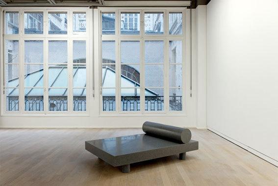 """""""Last Day Bed"""", 2012, vue de l'exposition """"Mathieu Mercier"""", photo : Aurélien Mole / Fondation d'entreprise Ricard"""