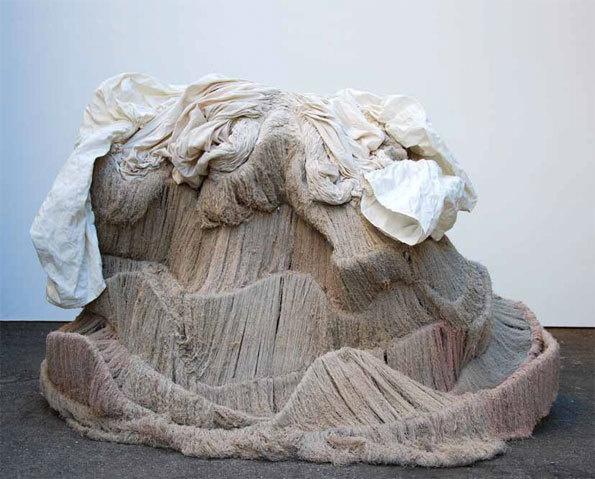 Robe d'écume, 2009 2010 Sculpture - coton, laine, feutre de laine et soie, corde, métal, Ø 200 cm H 120 cm, 30 kg © Awena Cozannet
