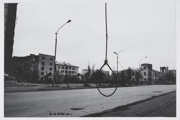 Stanley Greene « Bienvenue en enfer ». Un symbole d'hostilité, de haine. Grozny, novembre 1995 © Stanley Greene