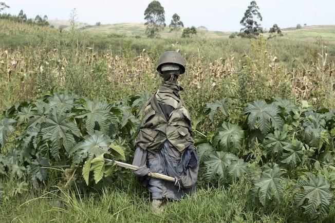 Un mannequin de soldat congolais monte la garde © Dieudonné Dirole pour la Fondation Carmignac
