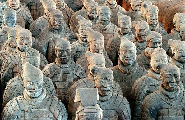 Vue d'un groupe de fantassins de l'armée de terre cuite, avec bonnets et cuirasses, sur le site archéologique en Chine © Museum of Qin Shihuang Terracotta Army, Xi'an (Chine)