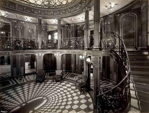 Byron Company, Hall et grande descente de la 1re classe à bord du paquebot France  Cie Gle Transatlantique , vers 1912. Photographie © Collection French Lines