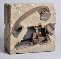 Arman, En raison de l'encombrement des lignes, 1974 Téléphone coulé dans le béton, 25 x 25 x 12 cm. Photographie Jean Bernard ADAGP, Paris 2013
