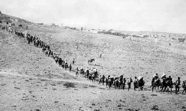 L'évacuation des orphelins arméniens de l'orphelinat américain du Near East Relief à Kharpert menacé par les forces kémalistes,  1922. © Pictures from History - Bridgeman Images